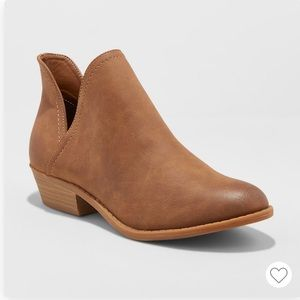 Universal thread cognac ankle booties